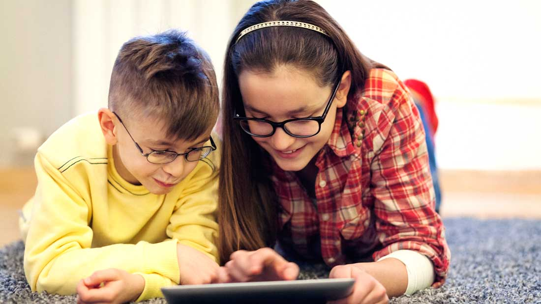Brother-and-sister-having-fun-with-digital-tablet-000074034099_Large.jpg